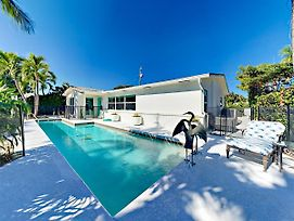 Modern Juno Beach Home W/ Front Yard Pool Oasis Home photos Exterior