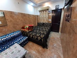 Posh South Delhi Foreigners Area, Very Safe, Complete Kitchen With Gas And Utensils, Free Wifi With Android Tvs, Cream Location photos Exterior