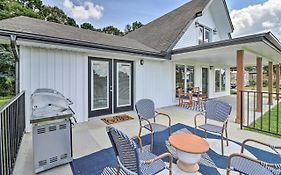 Chic Lakehouse With Deck, Fire Pit, Walk To Golf Holiday Home Caddo Valley  United States
