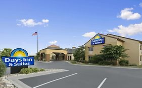 Days Inn & Suites Omaha
