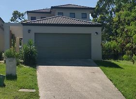 Central Gold Coast Large Modern Elevated House photos Exterior