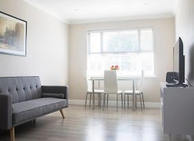 Bright 1 Bedroom Home In West London W Parking photos Exterior