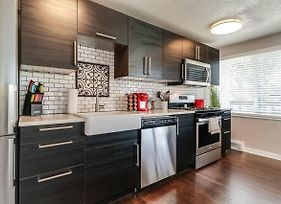 H-4 - Modern & New 2Bed Plaza Condo! Low Rates! photos Exterior