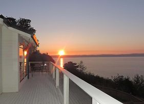 Beautiful Puget Sound Home With Deck And Serene Views! photos Exterior