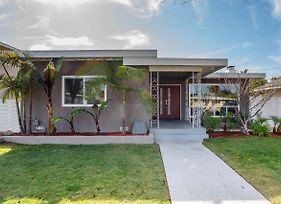 Mid-Century Stunning Home W/ Great Outdoor Living! Home photos Exterior