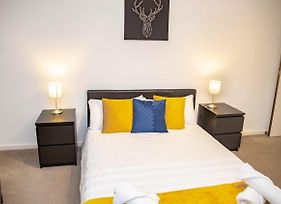 Immaculate Pad With Parking 9 Min Walk To Rail photos Exterior