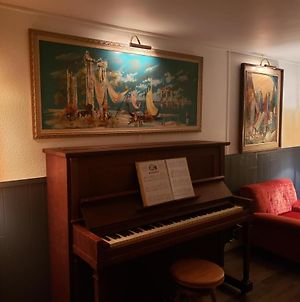 Retro Vibe With Piano Lounge And Vinyls photos Exterior