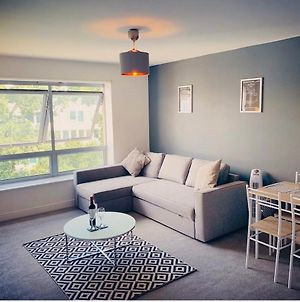 Zebra Serviced Apartments@Coombe Way With Free Wifi, Neflix And Parking photos Exterior