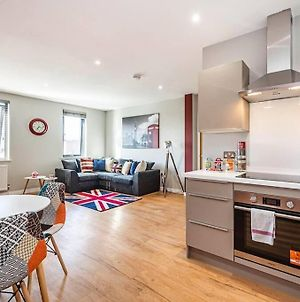 Spacious And Immaculate London-Themed Home With Balcony For You! photos Exterior
