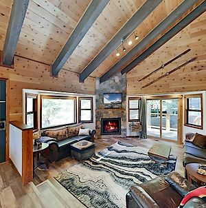 Cozy All-Season Cabin Near Shops, Beach, Skiing Home photos Exterior