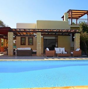 Villa In Kouklia Sleeps 6 With Pool Air Con And Wifi photos Exterior