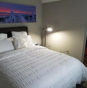 Backpacker College Near Simon Fraser University - Private Queen Room W Sofa Bed photos Exterior