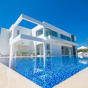 Villa In Protaras Sleeps 6 Includes Swimming Pool And Air Con photos Exterior