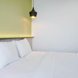 New Furnished With Strategic Place @ Studio West Vista Apartment By Travelio photos Exterior