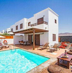 Villa In Playa Blanca Sleeps 6 Includes Swimming Pool Air Con And Wifi 6 photos Exterior