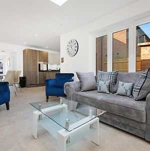 Bracknell Modern And Outstanding 4 Bedroom House, Sleeps 8 photos Exterior