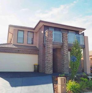 4 Bed 2 And A Half Bath Luxury Villa In Point Cook photos Exterior