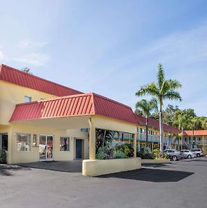 Super 8 By Wyndham Sarasota Near Siesta Key photos Exterior