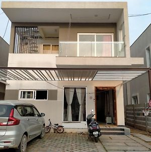 Beautiful Independent Duplex Villa Near Airport photos Exterior