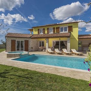 Villa Garden With Pool, Jacuzzi And Garden Offering Relaxation And Privacy photos Exterior