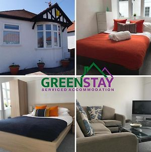 """""""Eastville Court Rhyl"""" By Greenstay Serviced Accommodation - Cosy 2 Bedroom Bungalow With Parking, Netflix & Wi-Fi, Close To Beaches, Shops & Restaurants - Ideal For Families, Business Travellers & Contractors photos Exterior"""