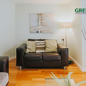 """""""The Garden Apartment Newquay"""" By Greenstay Serviced Accommodation - Beautiful 2 Bedroom Apartment Close To All Beaches & Restaurants With Free Parking, Netflix, Wi-Fi & Outside Garden Terrace photos Exterior"""
