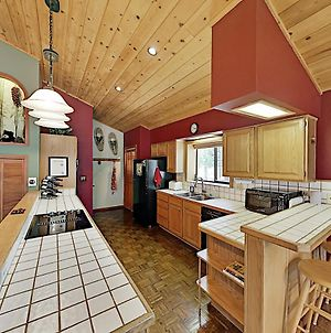 Roomy Forest-View Retreat With Private 2-Car Garage Home photos Exterior