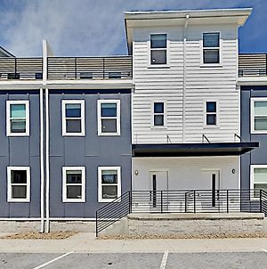 2 Brand-New Townhomes With Luxe All-Suite Layouts Townhouse photos Exterior