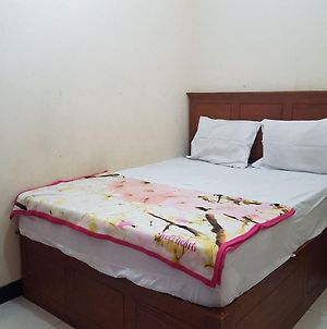 Oyo 3810 D'Yolland Exclusive Kost & Guesthouse Syariah photos Exterior