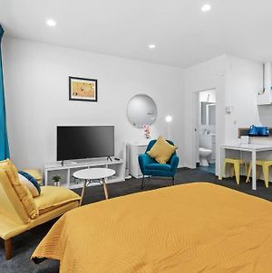 Colourful Central Studio With Kitchenette And Laundry photos Exterior