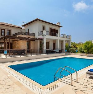 Villa In Kouklia Sleeps 6 Includes Swimming Pool And Air Con 6 photos Exterior
