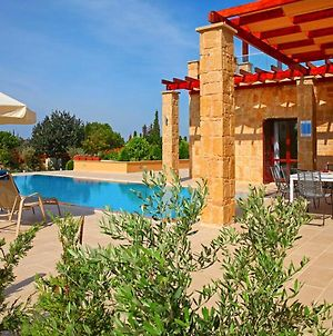 Villa In Kouklia Sleeps 6 Includes Swimming Pool And Air Con 9 photos Exterior