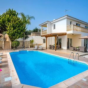 Villa In Kouklia Sleeps 6 Includes Swimming Pool And Air Con 9 3 photos Exterior