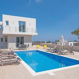 Villa In Protaras Sleeps 10 Includes Swimming Pool And Air Con 3 photos Exterior