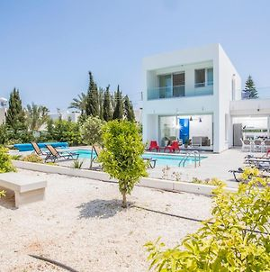 Villa In Protaras Sleeps 10 Includes Swimming Pool And Air Con 3 5 photos Exterior