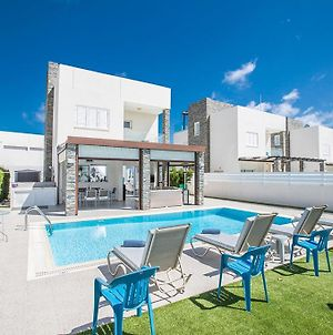 Villa In Protaras Sleeps 8 Includes Swimming Pool And Air Con 4 photos Exterior