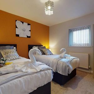 Large 2 Bedroom House Sleeps 6 By Srk Serviced Accommodation Peterborough With Parking & Wifi photos Exterior