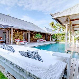 A Comfortable And Modern 4 Bedrooms At The Heart Of Seminyak 60 Discount ! photos Exterior