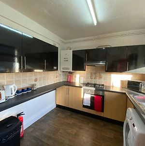 3 & 4 Bedroom House Available With Sky Emerald Serviced Accommodation Leeds, Upto 14 Guest, With Free Car Park And Free Wifi , Offer For Long Term Bookings photos Exterior
