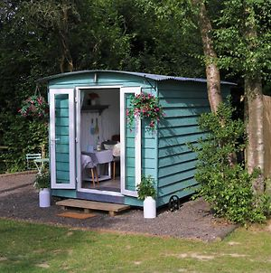 Hopgarden Glamping, Luxury Shepherds Huts Set In An Idyllic Location On The Kent Sussex Border -All Mod Cons photos Exterior