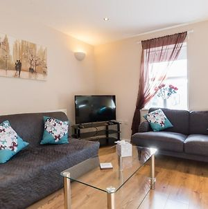 Popular Central Two Bedroom Apartment With Parking photos Exterior