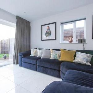 Modern 3 Bed House In London For Up To 6 People - With Private Parking And Garden photos Exterior