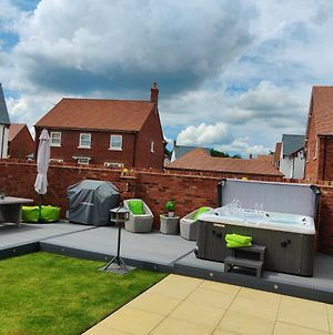 Brand New Modern House With Hot Tub, Sunny Garden, Wifi, Sky Q & Netflix In Central Tourist Location photos Exterior