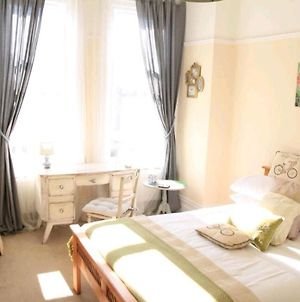 Lovely Bright Double Bedroom In A Large Apartment Free Superfast Wifi And Free Street Parking Smart Tv In The Room photos Exterior