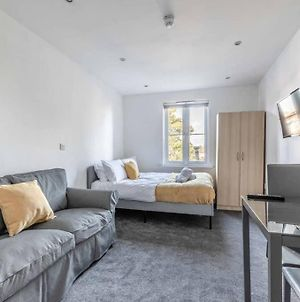 Modern Apartment On Egham High St And Close To Royal Holloway photos Exterior