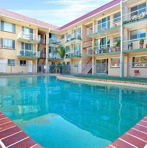 Bribie Beach Air Con King Bed Unit Overlooking Pool photos Exterior