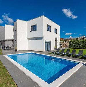 Villa For Up To 10 Guests With Private Pool And Garden photos Exterior
