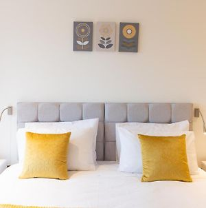 Luxury Apartment In St Albans - Close To London Heathrow Airport And Luton Airport - Short Walk To St Albans City Centre, St Albans Cathedral, Train Station, Free Super-Fast Wifi, Free Allocated Parking photos Exterior