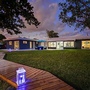 Contemporary Waterfront Home Fll photos Exterior