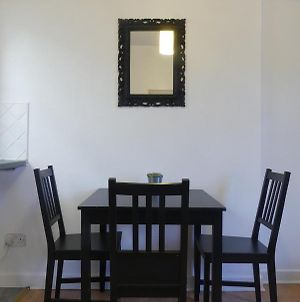 Space For Up To 8 + 10 Mins From Centre + Parking! photos Exterior